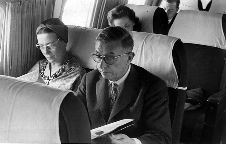 Simone de Beauvoir e Sartre em voo para o Brasil