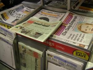 Jornais do mundo todo - Banca no aeroporto de Heathrow.